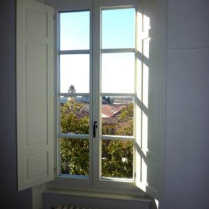 finestra in legno con scuretti-02